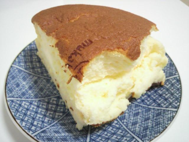 カットしたチーズケーキ