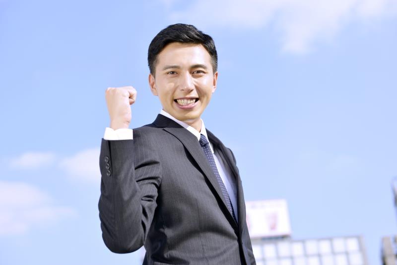 転職で成功し、伸び伸びと働くビジネスマン