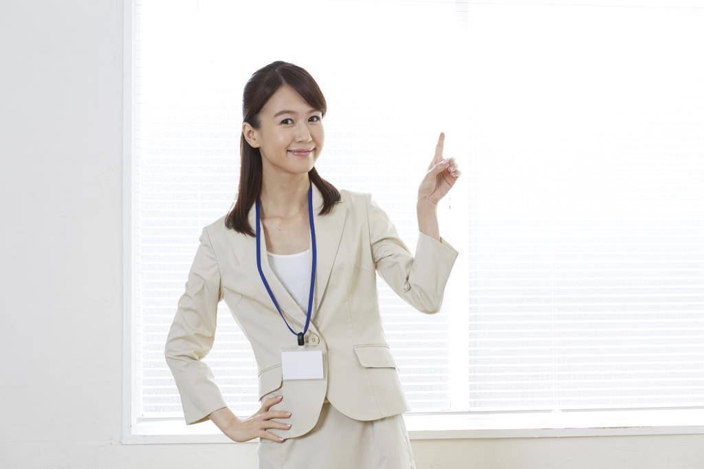 職場の人間関係を探る秘訣を話すキャリアアドバイザー