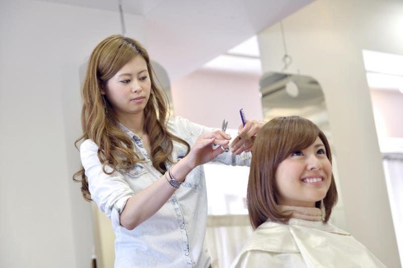 会話をしている美容師さんとお客さん