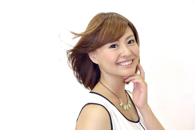 美容室できれいに髪をカットした笑顔の女性