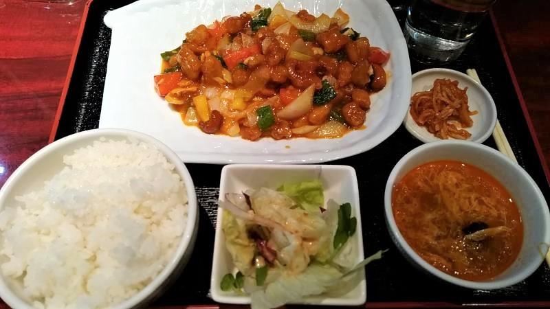 刀削麺の定食セット(鶏肉とピーナツ炒め)