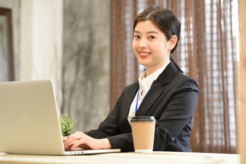 事務職の求人を探す女性