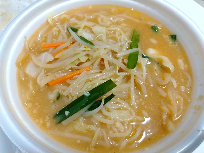 スープに麺を入れて完成した味噌野菜たんめん