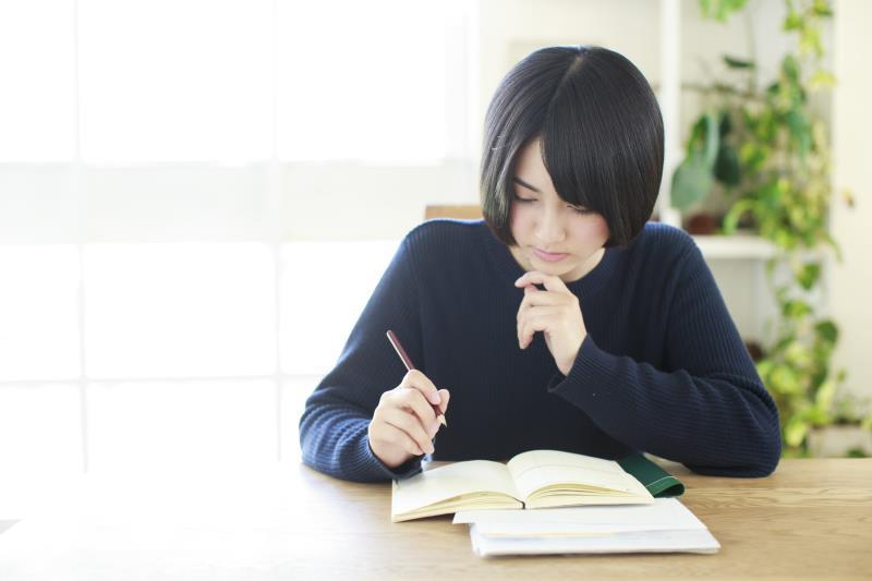 綺麗に文字を書く練習をする人