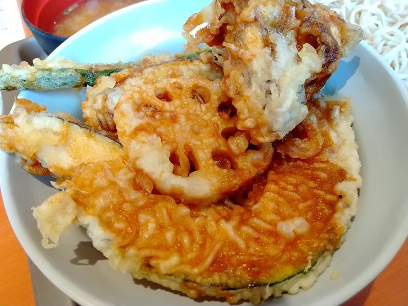 揚げたて天ぷらが乗った「てんや」の天丼